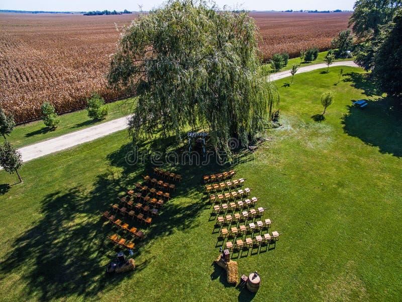 Luftbrummenfoto - Hochzeitsort auf einem Illinois-Maisbauernhof stockbilder