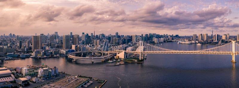 Luftbrummenfoto - Regenbogen-Brücke und die Skyline von Tokyo bei Sonnenuntergang Hauptstadt von Japan lizenzfreie stockfotos