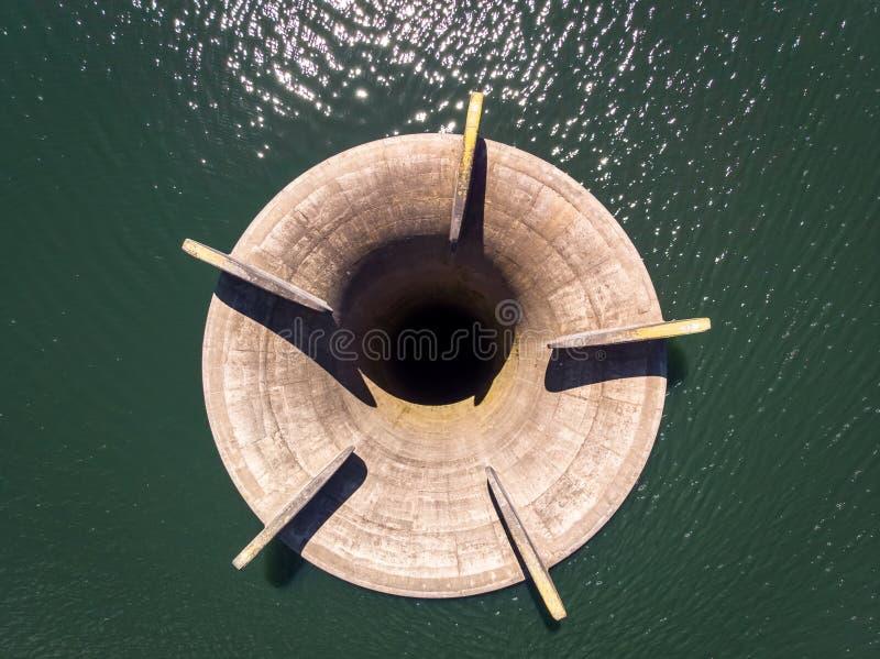 Luftbrummenschuß eines Überlauf auf einem Wasserreservoir stockbilder