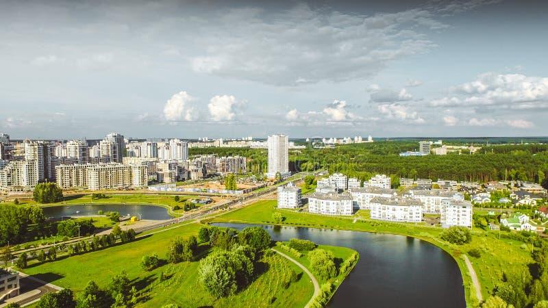 Luftbrummentrieb mit Draufsicht nahe Nationalbibliothek in Minsk, Weißrussland Schönheitsmorgensonnenaufgang mit moderner Archite stockfotografie