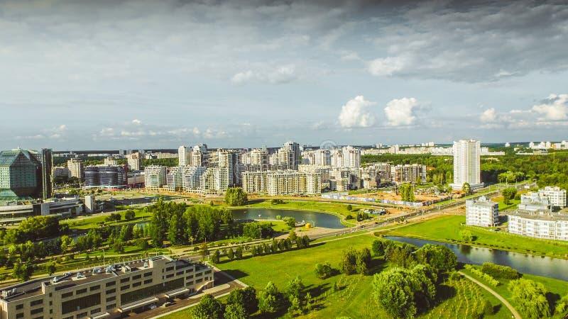 Luftbrummentrieb mit Draufsicht nahe Nationalbibliothek in Minsk, Weißrussland Schönheitsmorgensonnenaufgang mit moderner Archite stockbilder
