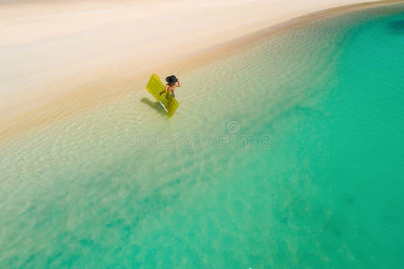 Luftbrummenvogelperspektive des schönen Mädchens, das Spaß auf dem sonnigen tropischen Strand hat seychellen stockfotos