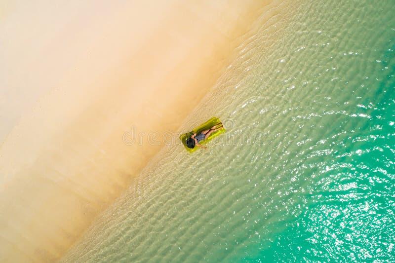 Luftbrummenvogelperspektive des schönen Mädchens, das Spaß auf dem sonnigen tropischen Strand hat seychellen lizenzfreie stockbilder