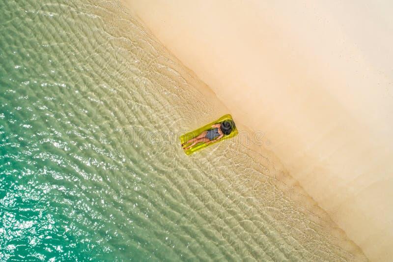 Luftbrummenvogelperspektive des schönen Mädchens, das Spaß auf dem sonnigen tropischen Strand hat seychellen stockfotografie