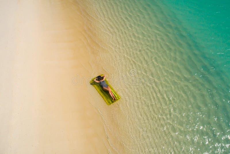 Luftbrummenvogelperspektive des sch?nen M?dchens, das Spa? auf dem sonnigen tropischen Strand hat seychellen lizenzfreie stockfotografie