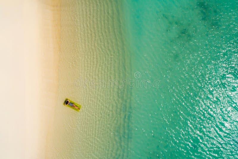 Luftbrummenvogelperspektive des sch?nen M?dchens, das Spa? auf dem sonnigen tropischen Strand hat seychellen stockbild