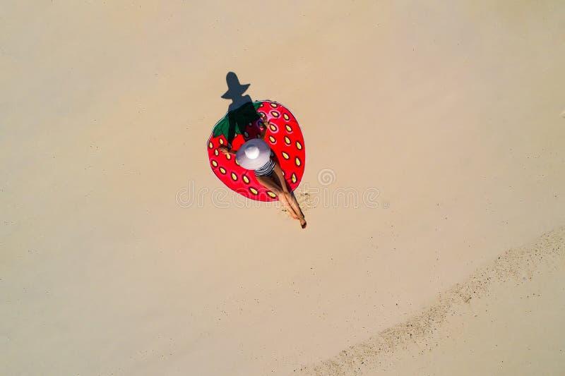 Luftbrummenvogelperspektive des sch?nen M?dchens, das Spa? auf dem sonnigen tropischen Strand hat seychellen lizenzfreie stockbilder