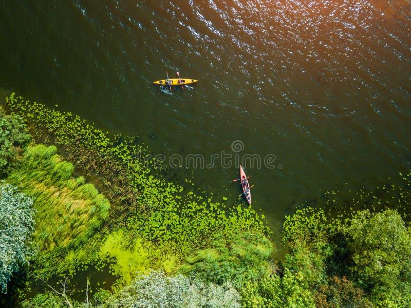 Luftbrummenvogelschaufoto der glücklichen Familie mit zwei Kindern, die Kajakfahrt auf schönen Fluss genießen Wenig Junge und stockbilder