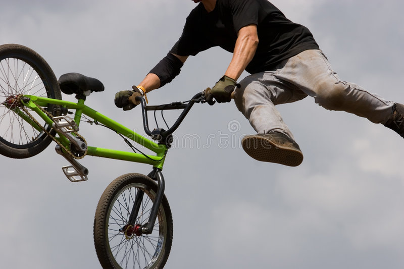 luftburen cyklistbmx fotografering för bildbyråer