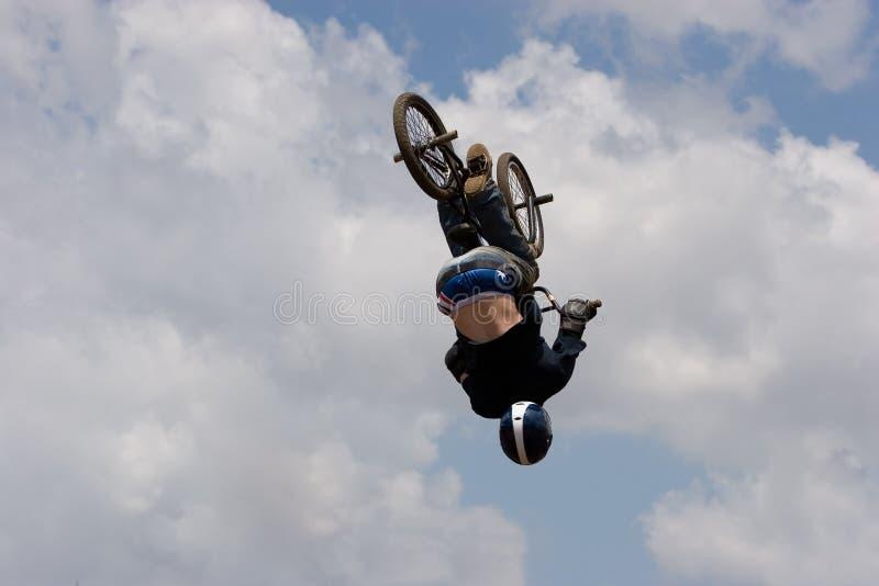 luftburen cyklistbmx arkivfoto