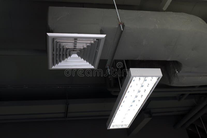 Lufteinlasskasten, Klimaanlagen-, Lufteinlass-, Luftbelüftung und Leuchtstoff Glühlampen innerhalb des errichtenden selektiven Fo lizenzfreies stockbild