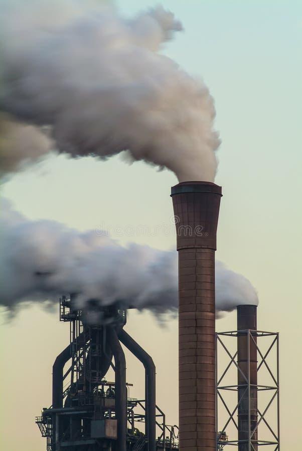 Luftförorening av en fabrik med flera lampglas royaltyfria foton