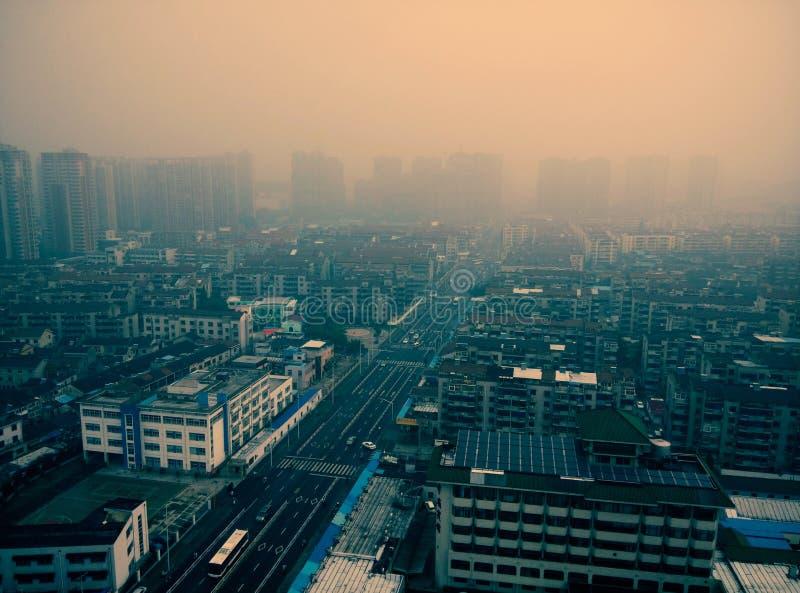 Luftförorening av en vanlig stad i porslin royaltyfri fotografi