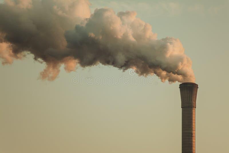 Luftförorening från ett fabriksrør royaltyfri fotografi