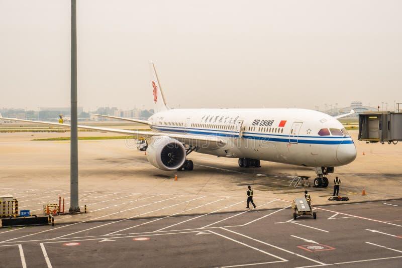 Luftförorening i internationell flygplats för Peking med den kommersiella passagerarestrålen royaltyfri fotografi
