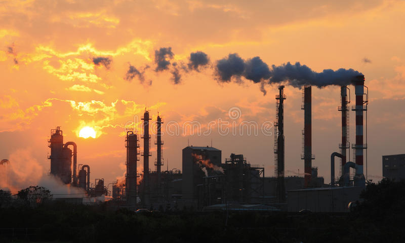 Luftföroreningrök från rør och fabrik arkivbild