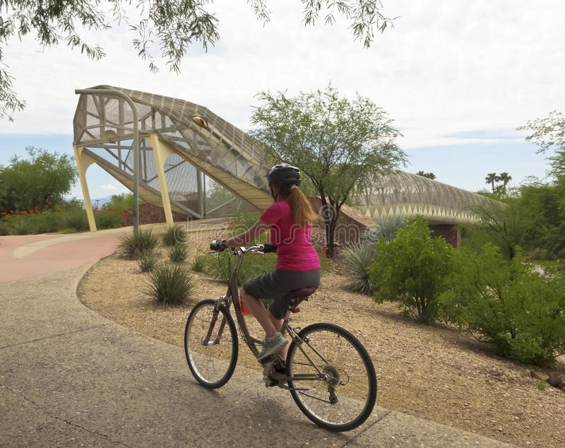 Luftfahrt Bikeway und Klapperschlangen-Brücke, Tucson, Arizona stockbilder
