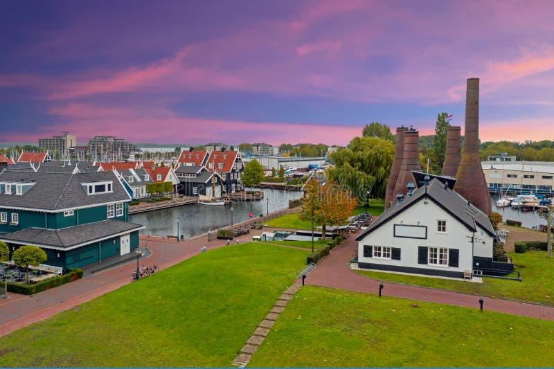 Luftfahrzeuge aus traditioneller Ziegelfabrik und Häuser in Huizen Niederlande bei Sonnenuntergang stockfotos