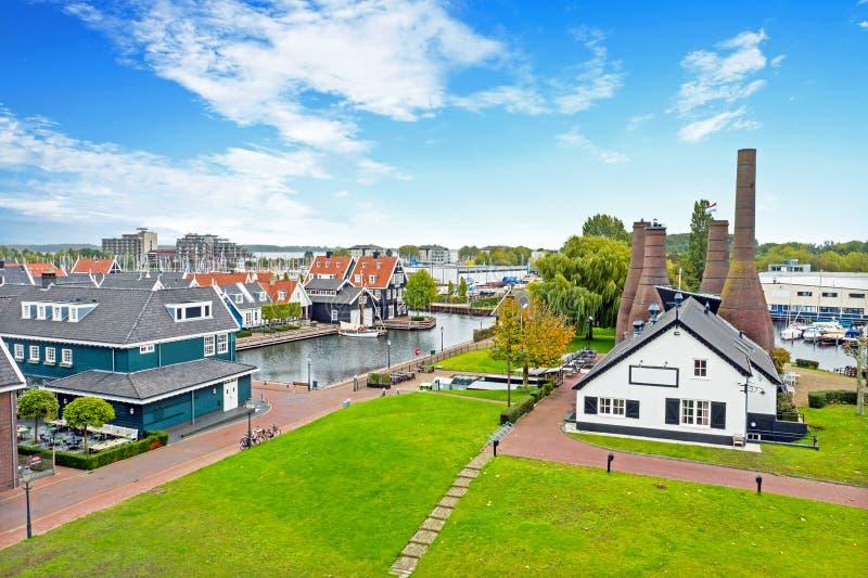 Luftfahrzeuge aus traditioneller Ziegelfabrik und Häuser in Huizen Niederlande lizenzfreie stockfotografie