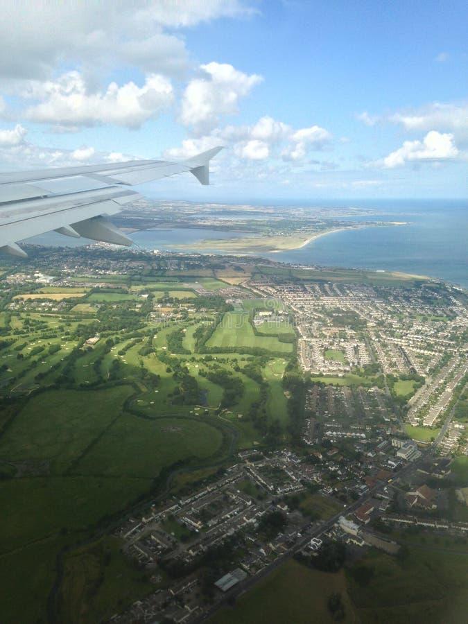 Luftfläche über Land und Wolken stockfoto