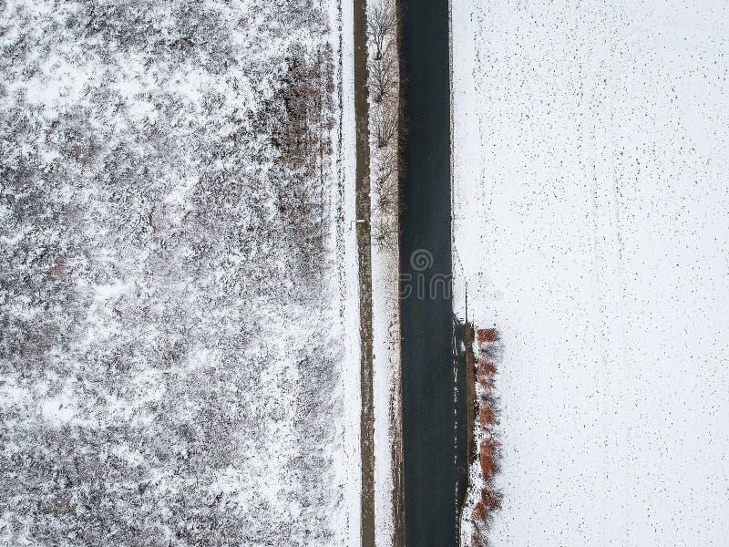 Luftfoto über Asphaltstraße im Winter mit Schnee lizenzfreies stockfoto