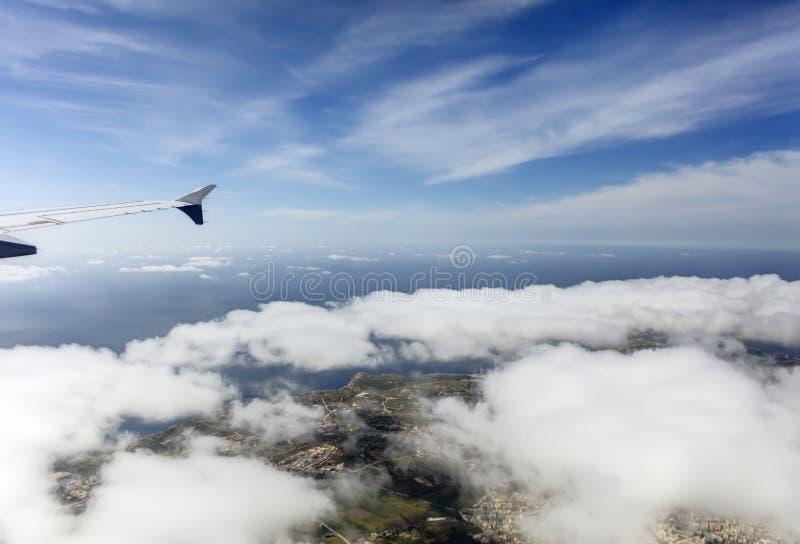 Luftfoto der Insellandschaft mit Wolkenansicht über das Meer, das vollständig zum Horizont ausdehnt lizenzfreies stockbild