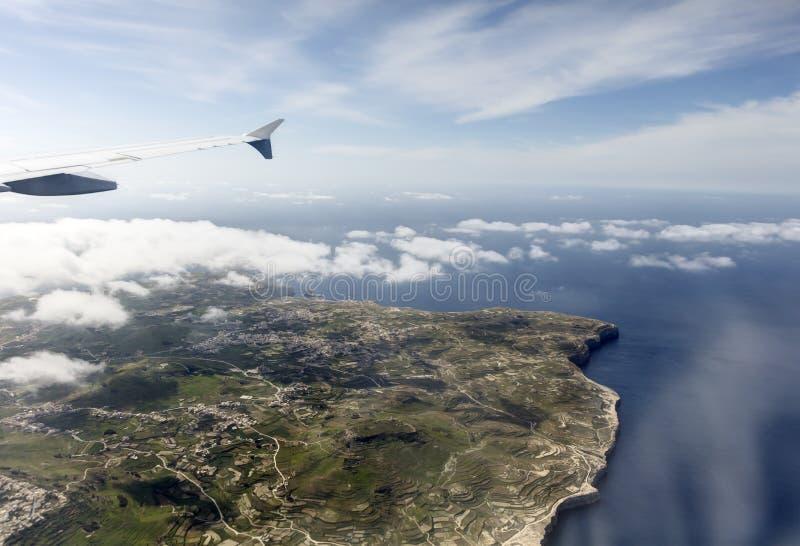 Luftfoto der Insellandschaft mit Wolkenansicht über das Meer, das vollständig zum Horizont ausdehnt stockfotos