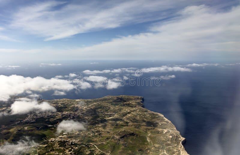 Luftfoto der Insellandschaft mit Wolkenansicht über das Meer, das vollständig zum Horizont ausdehnt lizenzfreie stockbilder