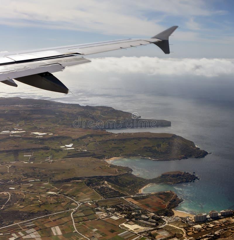 Luftfoto der Insellandschaft mit Wolkenansicht über das Meer, das vollständig zum Horizont ausdehnt stockfoto