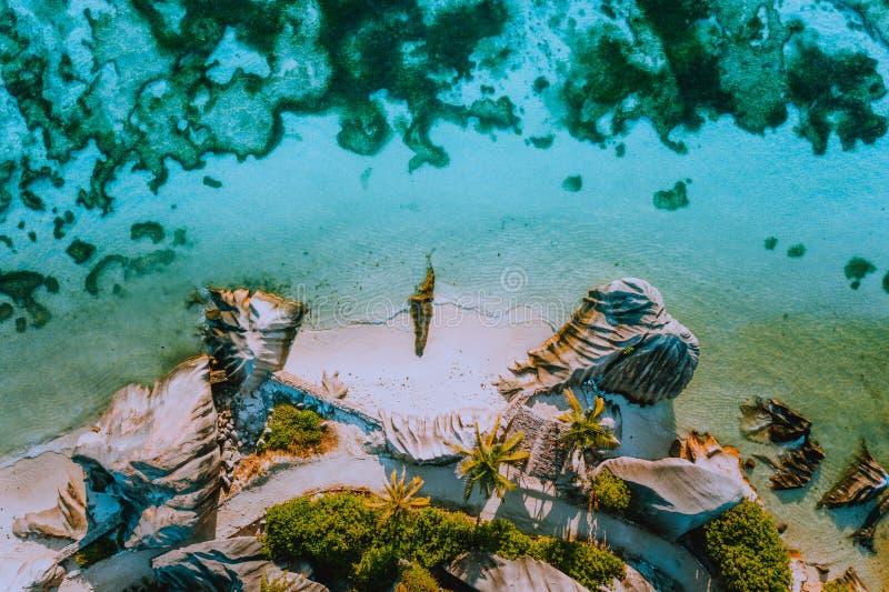 Luftfoto der Küstenlinienform Anse-Quelle D Strand des schönen berühmten Paradieses tropischer Argent in La Digue-Insel stockfotografie
