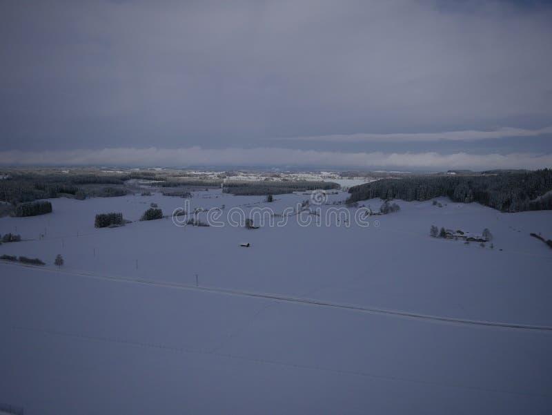 Luftfoto des Dorfs im Winter stockfotografie