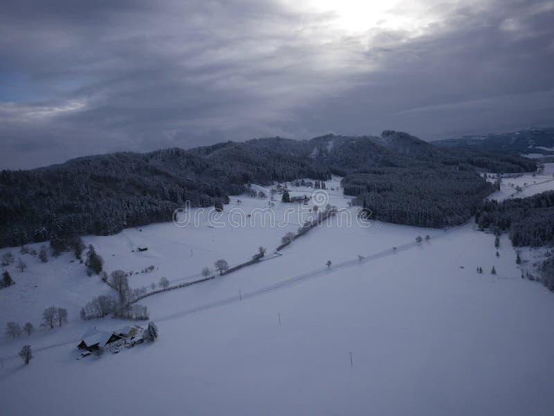 Luftfoto des Dorfs im Winter lizenzfreie stockbilder