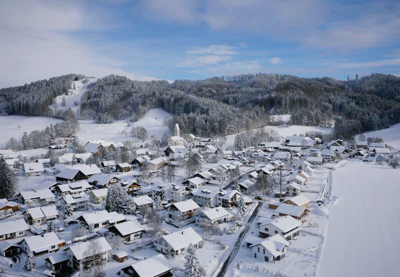 Luftfoto des Dorfs im Winter lizenzfreies stockbild