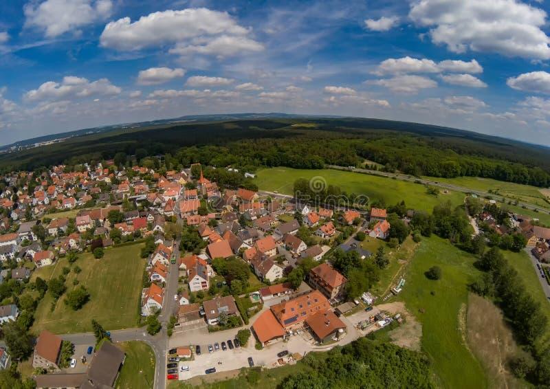 Luftfoto des Dorfs Tennenlohe nahe der Stadt von Erlangen stockfoto