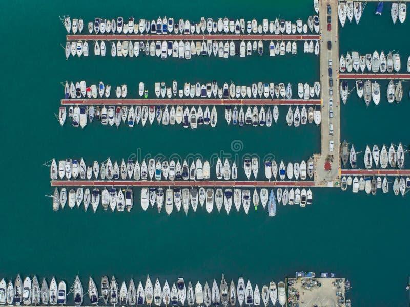 Luftfoto des Seehafens und ein Yachtclub von Montgat bei Sonnenuntergang, östlich von Barcelona, Spanien 3 stockfotografie