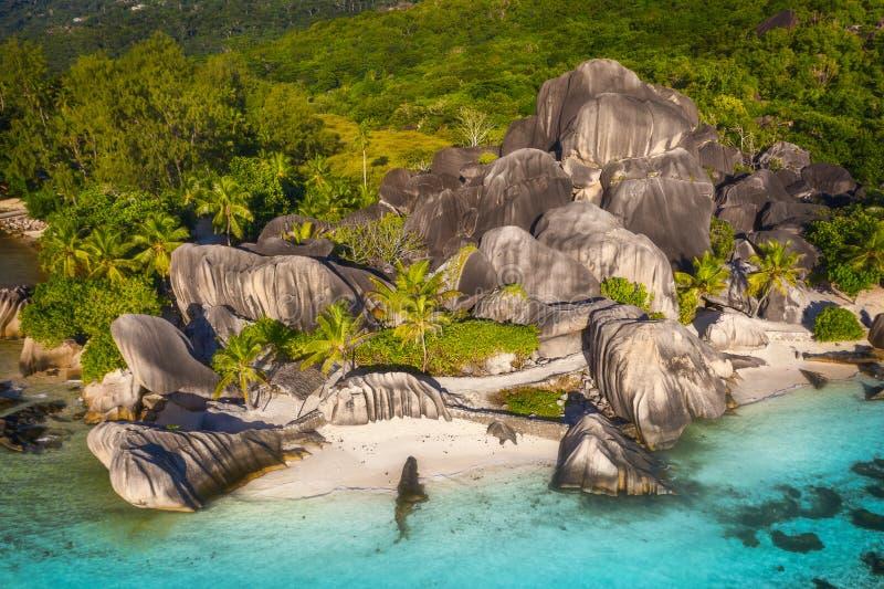 Luftfoto Strand Seychellen tropischer Anse-Quelle d 'Argent in La Digue-Insel, hebt Seychellen hervor lizenzfreies stockfoto