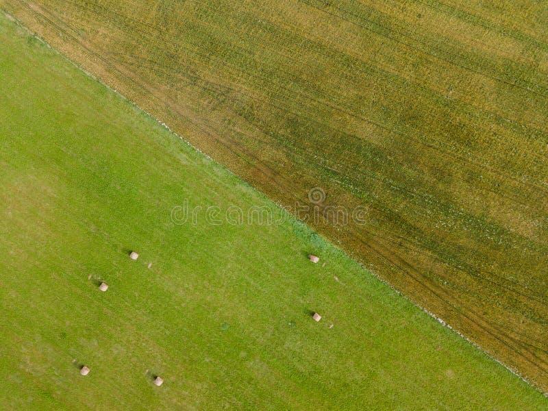 Luftfoto von Landwirtschafts-Feldern, übersteigen hinunter Ansicht in Vorfrühling auf Sunny Day lizenzfreie stockbilder
