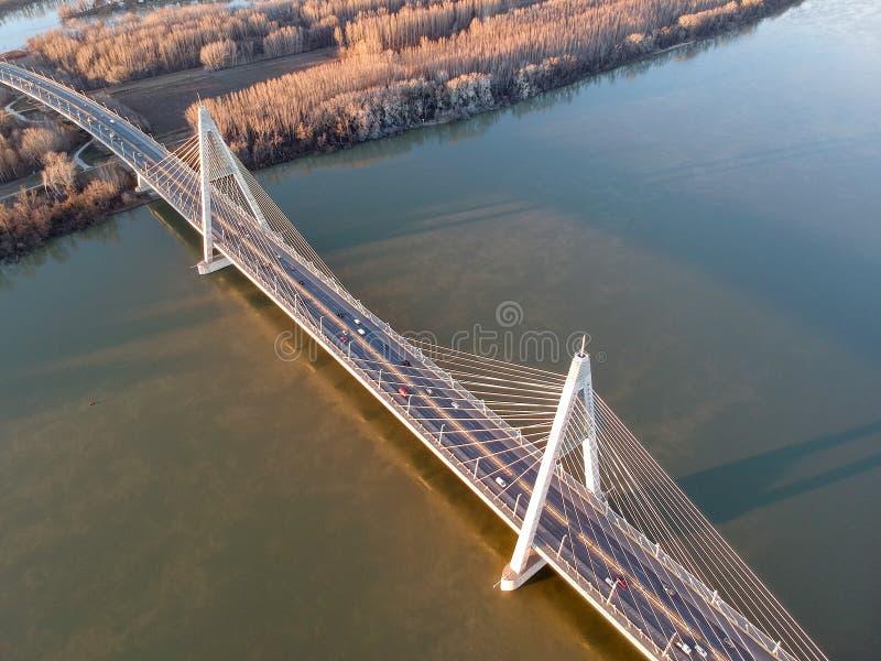 Luftfoto von Megyeri-Brücke in Budapest lizenzfreies stockfoto
