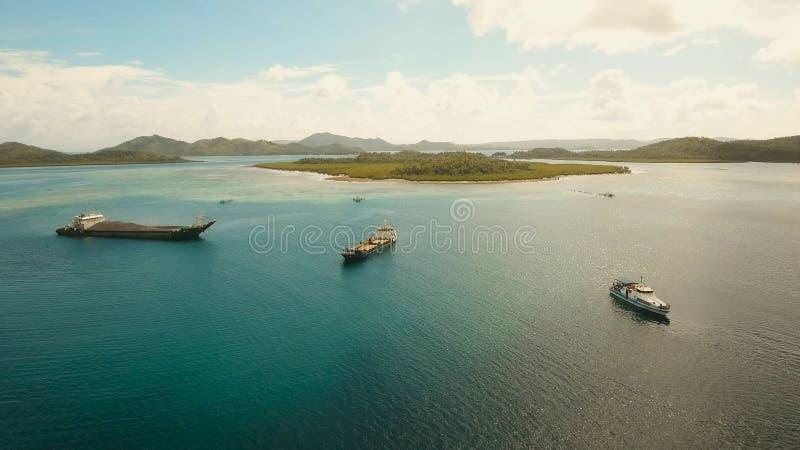Luftfracht- und Passagierschiffe im Meer Philippinen, Siargao stockfotos