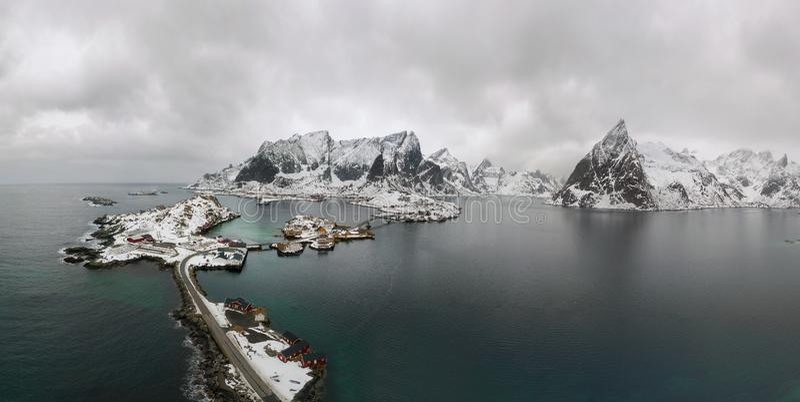 Luftgesichtspunkt von Lofoten Brummenpanoramalandschaft von Fischerdörfern Reine und Hamnoy mit Fjorden und von Bergen im b stockbild