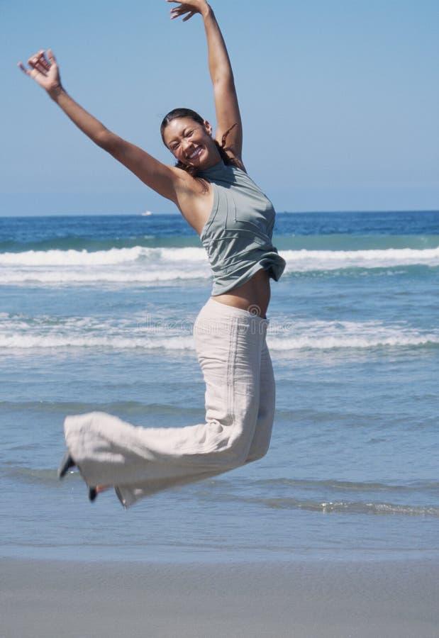 luftglädje hoppar kvinnan arkivfoto