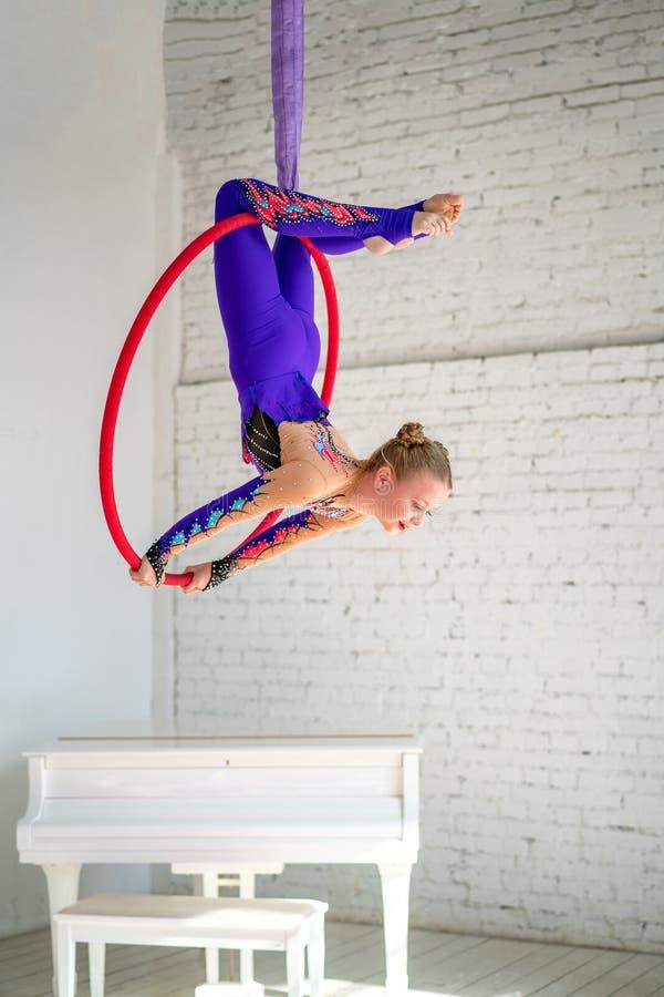 Luftgymnastik auf dem Kreis, ein kleines Mädchen, das Übungen tut lizenzfreie stockfotografie