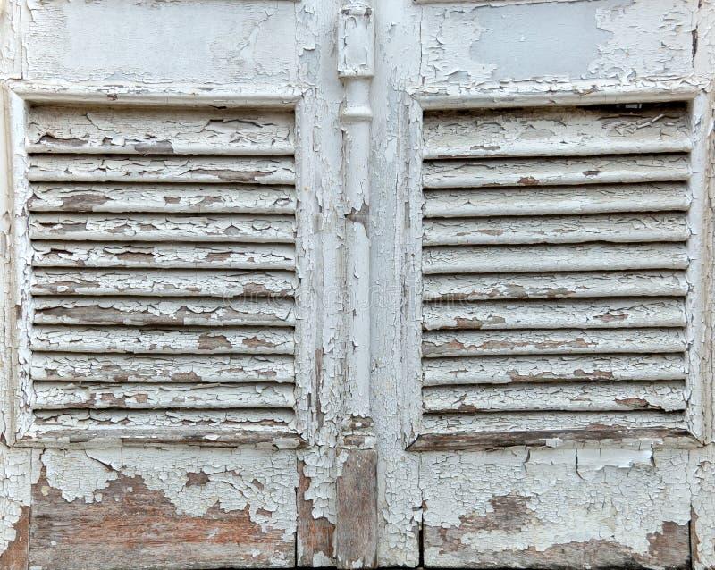 Lufthål av en gammal trädörr arkivfoto