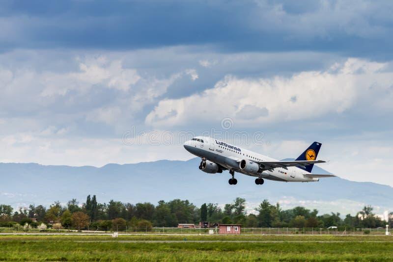 Lufthansa Aerobus bierze daleko od Zagreb lotniska zdjęcia royalty free