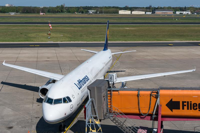 Lufthansa Aerobus A321 przyjeżdża przy bramą Berliński Tegel lotnisko zdjęcia royalty free
