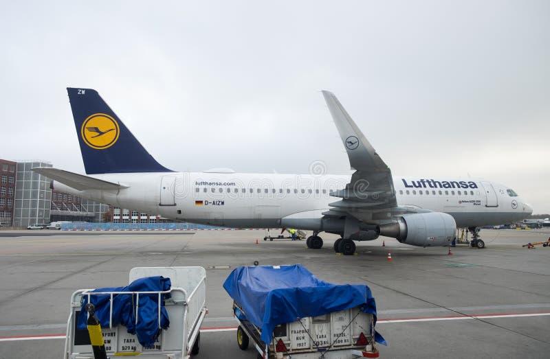 Lufthansa Airbus 320-200 à l'aéroport de Francfort l'allemagne image stock