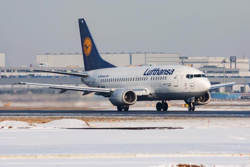 Lufthansa Boeing 737-500 D-ABIB-passagerarplan vid flygplatsen Frankfurt royaltyfri fotografi