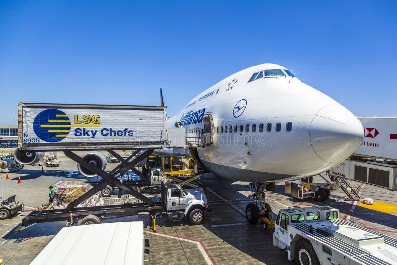 Lufthansa Boeing 747 en una puerta en el aeropuerto internacional de Los Ángeles fotos de archivo