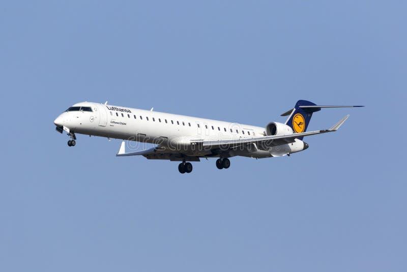 Lufthansa CRJ-900 på korta finaler royaltyfria foton