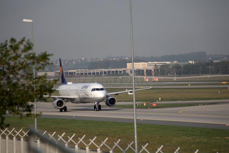 Lufthansa faisant le taxi dans l'aéroport de Francfort, FRA Avion sur la piste photographie stock